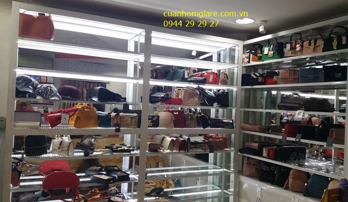 Tủ kính bán hàng túi xách